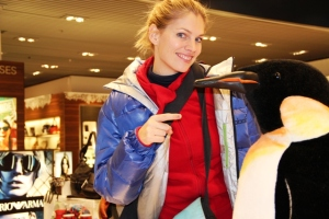 Martina Hirschmeier trifft am Düsseldorfer Flughafen auf einen Kaiserpinguin.