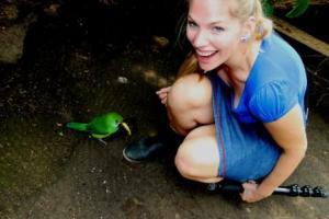 Martina Hirschmeier alias Frau Schlaumeier bestaunt den großen Schnabel des Tukan.