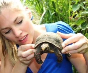 In ihren Händen hält die Reporterin Martina Hirschmeier 200 Millionen Jahre Evolutionsgeschichte.