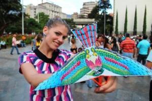 In Bogotá erfährt Frau Schlaumeier: Statt illegale Ware für die Mafia, verkaufen die Einwohner nun diese Vögel an Touristen.
