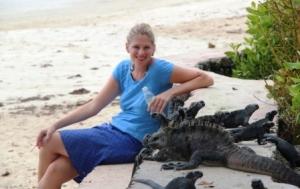 Die Reporterin Frau Schlaumeier nähert sich vorsichtig den Meerechsen auf Galapagos.