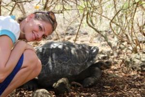 Frau Schlaumeier (Martina Hirschmeier) hockt neben einem Schatz von Galapagos: der Riesenschildkröte