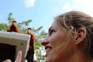 Martina Hirschmeier alias Frau Schlaumeier freut sich über die roten Aras.