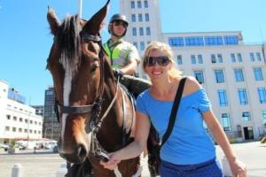 Die berittene Polizei ist in Chile überall present, Frau Schlaumeier (Martina Hirschmeier) ist beeindruckt.