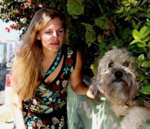 Die Moderatorin Martina Hirschmeier besucht einen Straßenhund an seinem lauschigen Plätzchen in einer Hecke.