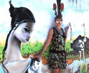 Martina Hirschmeier bewundert die Wandmalereien, mit denen dIe Einwohner Valparaisos ihre Hauswände schmücken.