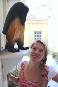 Freudig erwartet Martina Hirschmeier die Begegnung mit einem echten Pinguin, bis dahin gefällt ihr auch der aus Holz.