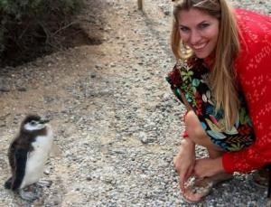 Martina Hirschmeier am Ziel ihrer Träume: Auge in Auge mit dem Pinguin-Nachwuchs.