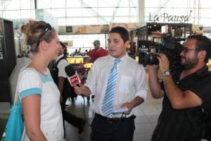 Die Regisseurin wird vom chilenischen Fernsehen zu ihrer Expedition interviewt.