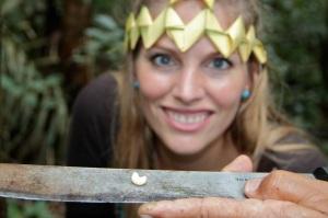 Martina Hirschmeier erfährt, dass die Ureinwohner des Amazonas Raupen essen.