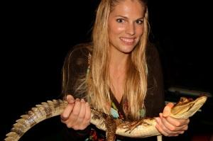 Martina Hirschmeier mit einem Kaiman in den Händen.